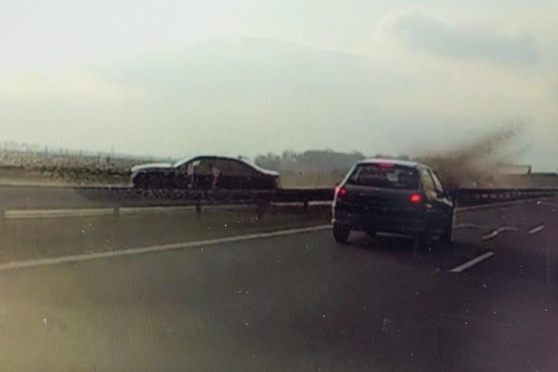 Moment wypadku prezydenckiego auta zarejestrowany kamerą samochodową, zaprezentowany na ekranie laptopa przez autora nagrania Mirosława Zielińskiego we Wrocławiu /reprodukcja /PAP