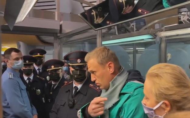 Moment zatrzymania Nawalnego przy kontroli paszportowej w Rosji /PAP/EPA/KIRA YARMYSH / HANDOUT /PAP/EPA