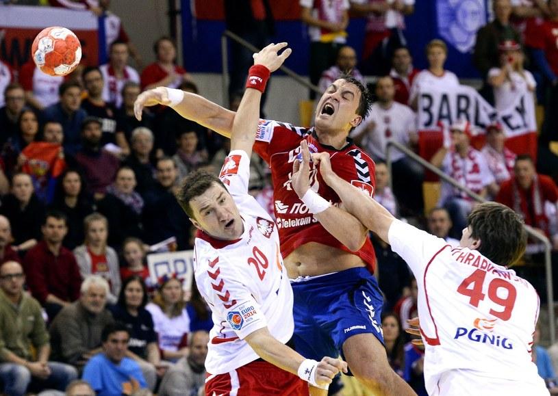 Momir Ilić rzuca na bramkę Polaków /AFP
