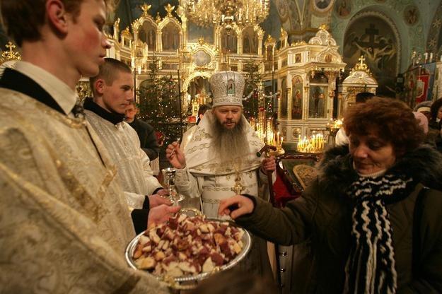 Monaster w Jabłecznej: Dzielenie się prosforą w Wigilię Bożego Narodzenia, fot. K. Suszek /Reporter