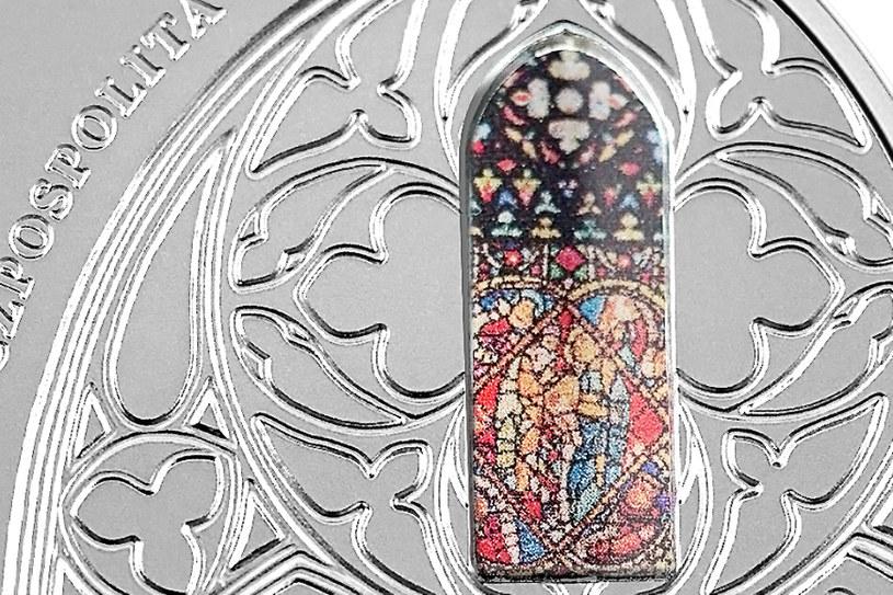 Moneta kolekcjonerska NBP: 700-lecie konsekracji kościoła Mariackiego w Krakowie, 50 zł, detal awersu /NBP