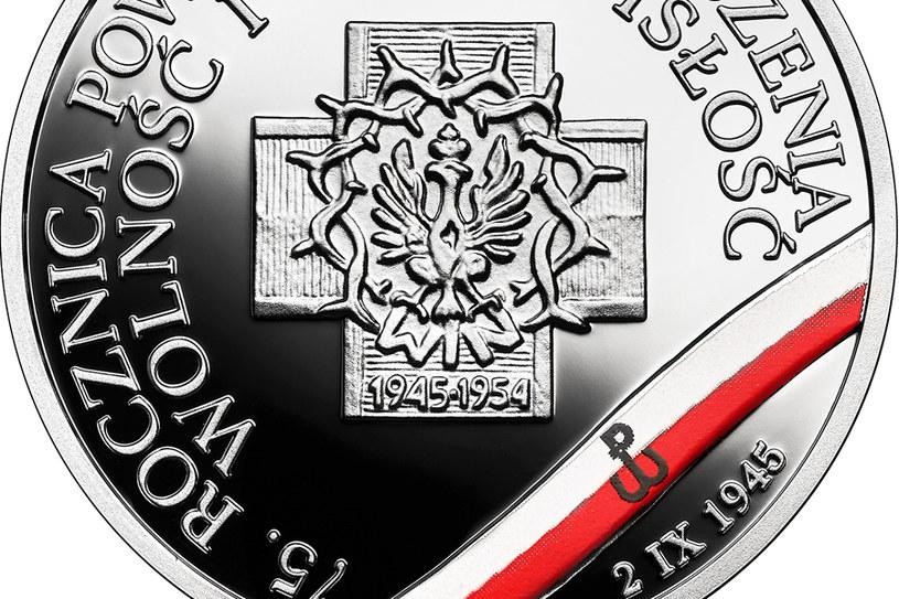 """Moneta kolekcjonerska NBP: Wyklęci przez komunistów żołnierze niezłomni - 75. rocznica powołania Zrzeszenia """"Wolność i Niezawisłość"""", 10 zł, detal rewersu /NBP"""