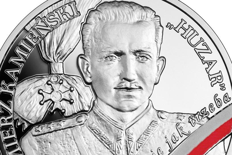 """Moneta kolekcjonerska NBP: Wyklęci przez komunistów żołnierze niezłomni - Kazimierz Kamieński """"Huzar"""", 10 zł, detal rewersu /NBP"""