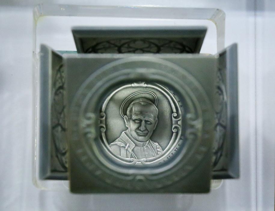 Moneta-kostka z wizerunkiem Jana Pawła II /Paweł Supernak /PAP