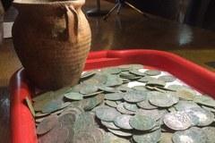 Monety sprzed 600 lat odnalezione w Wałbrzychu