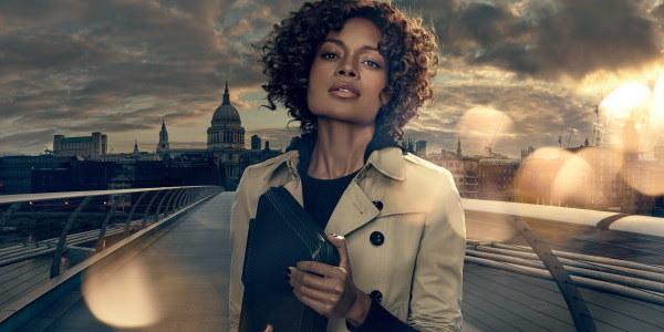 Moneypenny ma tajną misję - dostarczyć nowy smartfon Bonda /materiały prasowe