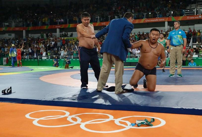 Mongolscy trenerzy nago protestowali przeciw decyzji sędziów /AFP
