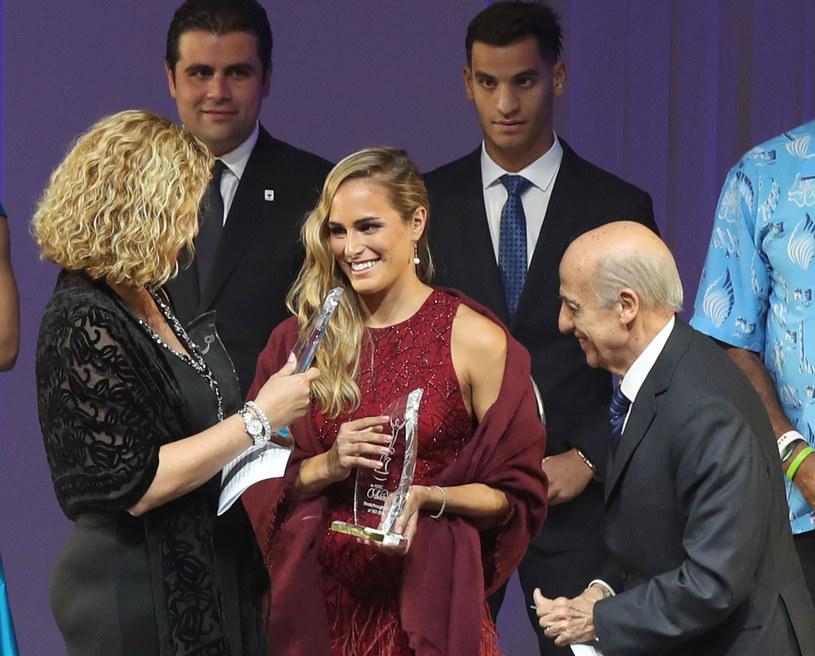 Monica Puig otrzymuje nagrodę /AFP
