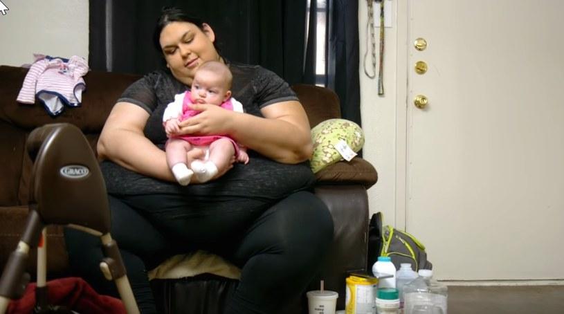 Monica ze swoją małą córeczką /YouTube
