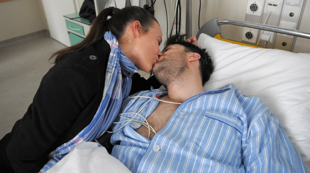 Monika (Anna Mucha) da się ponieść chwili i pocałuje Artura (Filip Bobek) /TVN