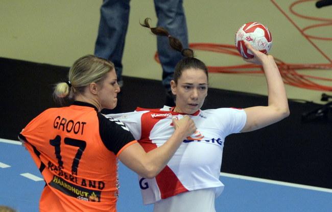 Monika Kobylińska (P) blokowana przez Cornelie Groot (L) z Holandii /Marcin Bielecki /PAP