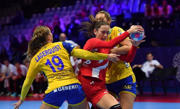 Monika Kobylińska (w centrum) i Szwedki Anna Lagerquist i Sabina Jacobsen podczas meczu grupy A mistrzostw Europy piłkarek ręcznych / Marcin Bielecki    /PAP
