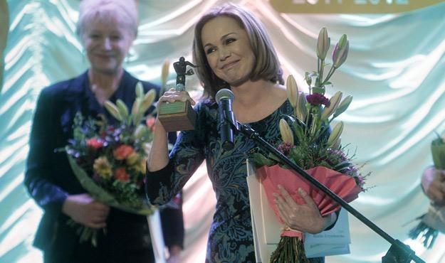 Monika Krzywkowska i Halina Łobonarska (w tle) podczas wręczenia Feliksów Warszawskich /AKPA