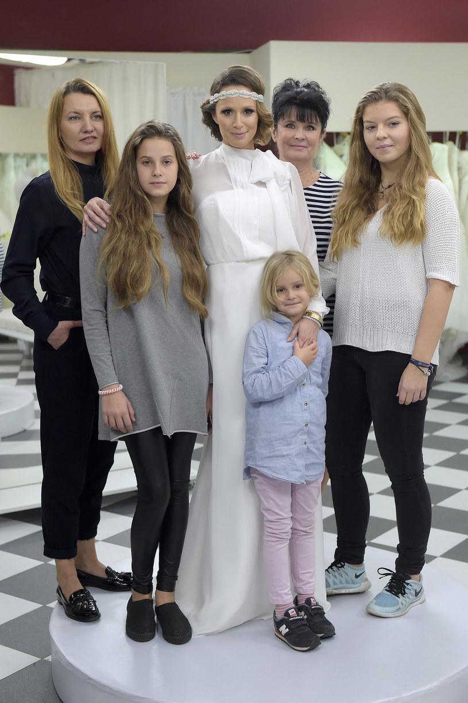Monika Mrozowska wybiera suknię ślubną w towarzystwie rodziny /AKPA