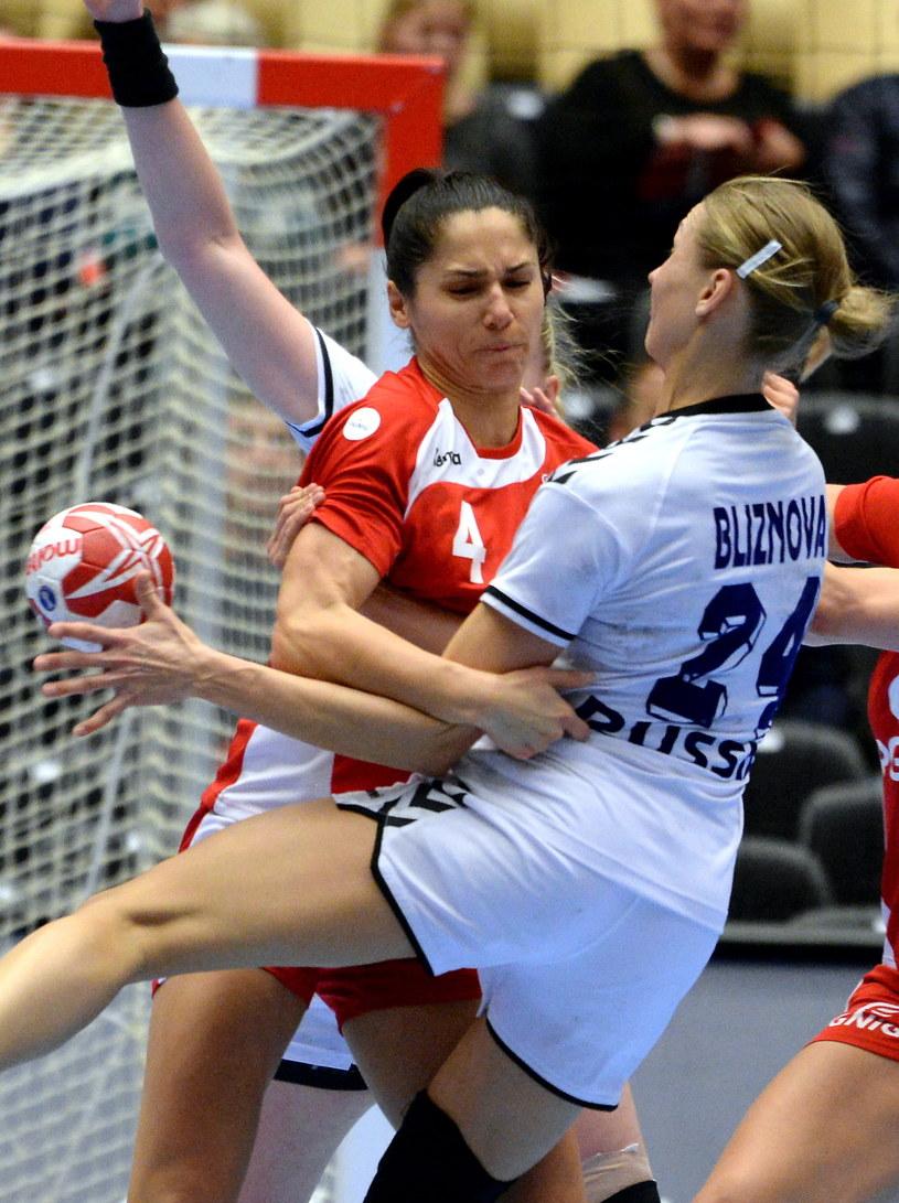 Monika Stachowska (z lewej) w meczu z Rosja /Fot. Marcin Bielecki /PAP