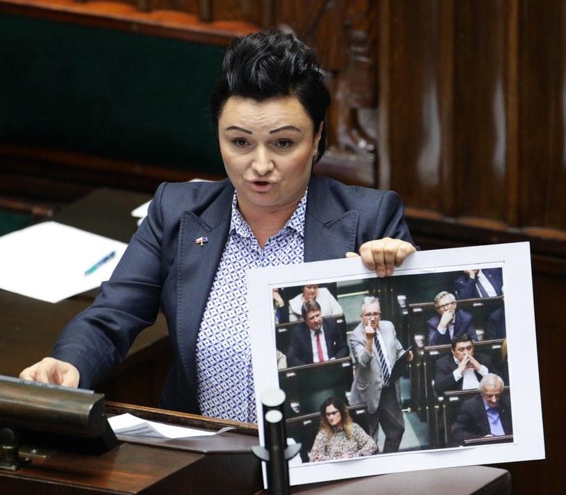 Monika Wielichowska prezentuje zdjęcie, na którym poseł PiS Piotr Pyzik pokazuje środkowy palec /STANISLAW KOWALCZUK /East News