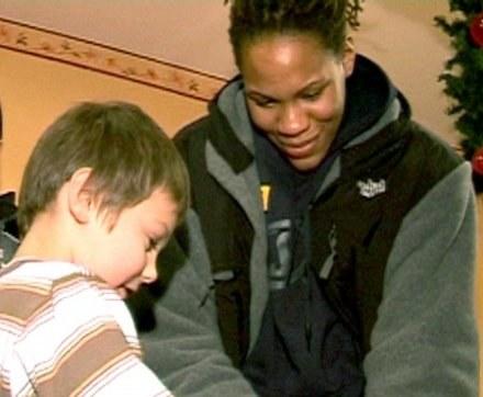 Monique Currie podpisuje piłkę dla młodego kibica /Informacja prasowa