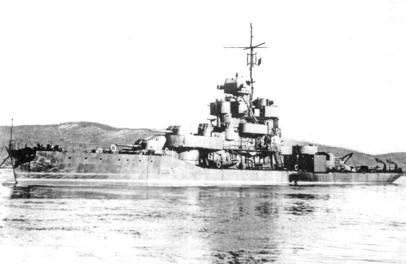 """Monitor rzeczny """"Pieriekop"""" w okresie, kiedy był czasowo uzbrojony w trzy działa 130 mm /Archiwum Marynarki Wojennej FR /INTERIA.PL/materiały prasowe"""