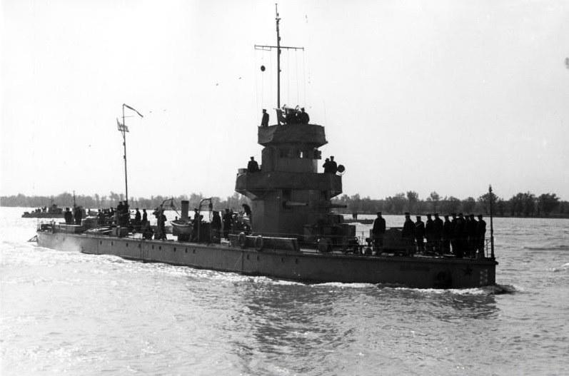 """Monitor """"Żeleźniakow"""" na wodach Dunaju. Dziś można go oglądać stojącego jako pomnik w Kijowie /archiwum S. Zagórskiego /INTERIA.PL/materiały prasowe"""