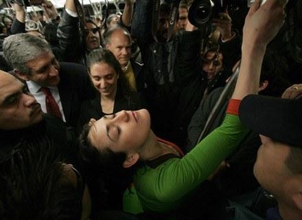 Monserrat Morilles próbuje tańczyć otoczona przez ochroniarzy, Santiago, 15 lipca 2008 /AFP