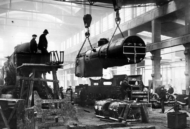 Montaż parowozów Tr21 w chrzanowskim Fabloku. Opuszczanie kotła parowego na ostoję za pomocą dźwigu /Z archiwum Narodowego Archiwum Cyfrowego