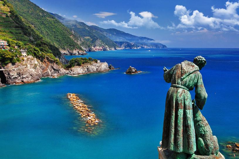 Monterosso i figura św. Franciszka z wilkiem z Gubbio. Najsłynniejszy punkt widokowy. Można stąd zobaczyć wszystkie pięć miasteczek Cinque Terre /123RF/PICSEL