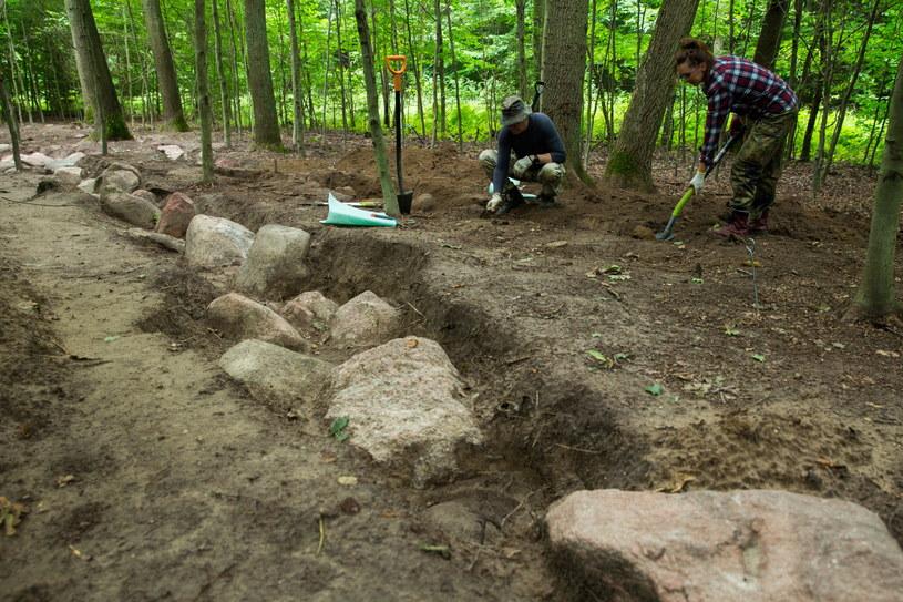 Monumentalny grobowiec sprzed blisko 6 tys. lat badają archeolodzy w Dolicach. Znalezisko ma ponad 70 m długości i zbudowane jest z kamieni, których waga sięga kilku ton. /Jerzy Muszyński /PAP