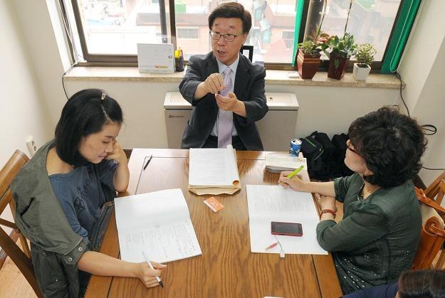 Moon Seung-ok podczas zajęć w szkole dla paparazzich w Seulu /The New York Times