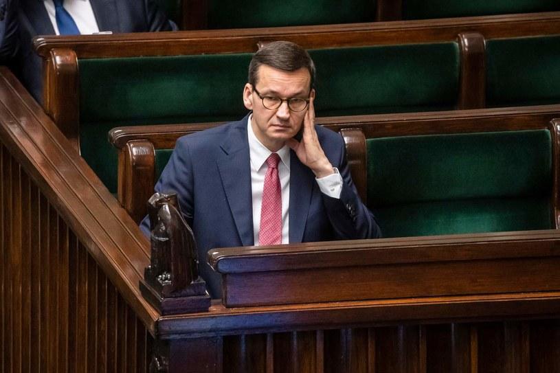 Morawiecki przypomniał, że w 2019 r. rząd wprowadził zerowy PIT od umów o pracę, umów zlecenia dla osób poniżej 26. roku życia. /AFP