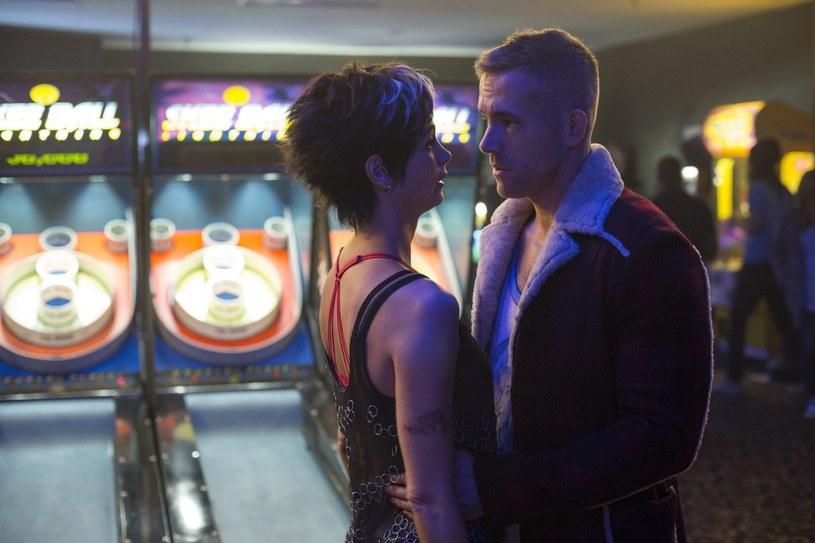 "Morena Baccarin i Ryan Reynolds w filmie ""Deadpool"" /materiały dystrybutora"