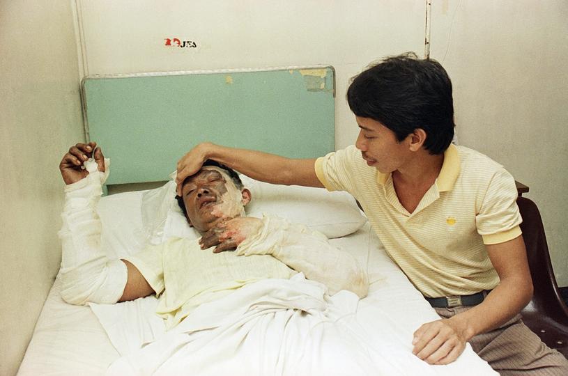 Moris Apora, jeden z 26 ocalałych pasażerów. Przeżył, ale doznał poważnych poparzeń /East News