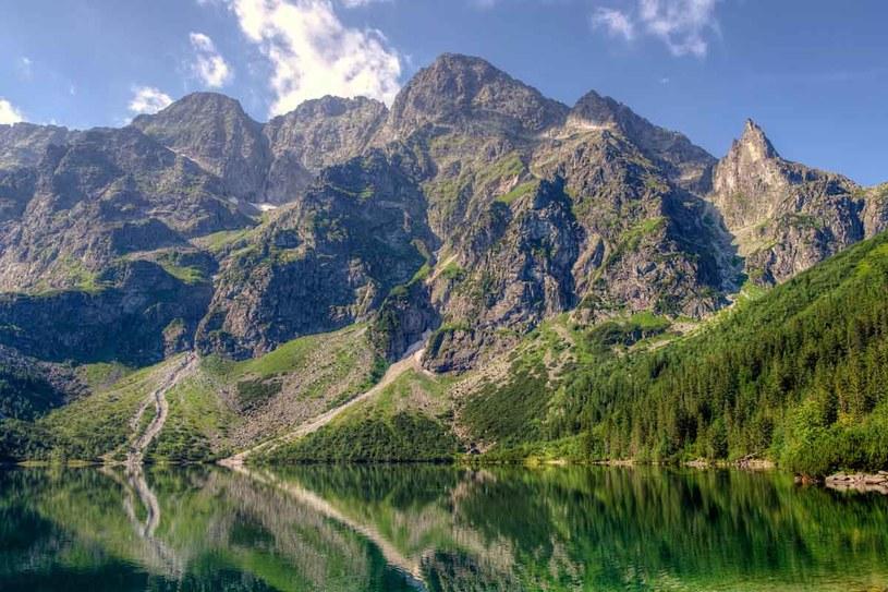 Morskie Oko. Największe jezioro w Tatrach, położone na wys. 1395 m n.p.m. Zachwyca krystalicznie czystą wodą o zielonym zabarwieniu. Znajduje się tu schronisko  i początek szlaku na Rysy. /123RF/PICSEL