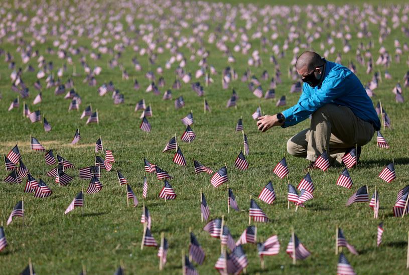 Morze flag przez Pomnikiem Waszyngtona. Każda z nich reprezentuje 10 Amerykanów, którzy ponieśli śmierć w pandemii /WIN MCNAMEE / GETTY IMAGES NORTH AMERICA /AFP