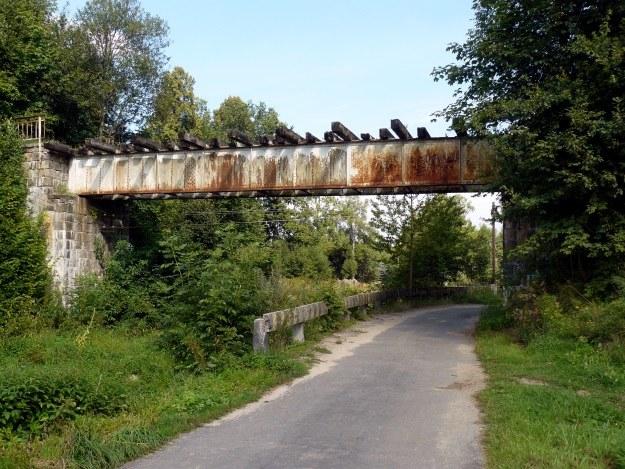 Most kolejowy w Milęcicach - linia kolejowa Gryfów Śląski-Lwówek Śląski jest już nieczynna kilkadziesiąt lat. /Odkrywca
