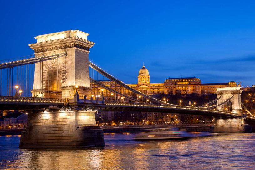 Most Łańcuchowy, a w tle podświetlony zamek królewski /123RF/PICSEL