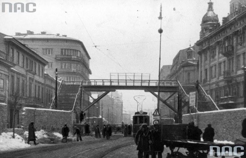 Most nad ulicą Chłodną łączący dwie części getta /Z archiwum Narodowego Archiwum Cyfrowego