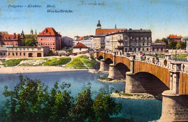 Most Podgórski z widokiem na ulicę Mostową (archiwalna pocztówka ze zbiorów Muzeum Inżynierii Miejskiej w Krakowie) /INTERIA.PL