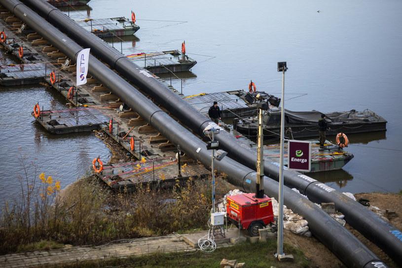 Most pontonowy i rurociągu do przesyłu scieków do oczyszczalni Czajka w związku z awarią kolektorów /Adam Burakowski/REPORTER /Reporter