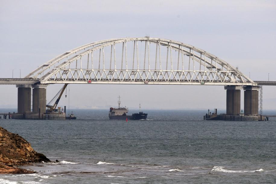 Most prowadzący przez Cieśninę Kerczeńską blokowany kilka dni temu przez Rosjan /STRINGER /PAP/EPA