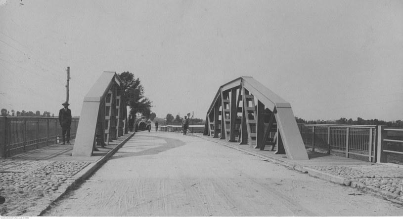 Most żelazny na Słudwi pod Łowiczem - przejazd przez most /Z archiwum Narodowego Archiwum Cyfrowego