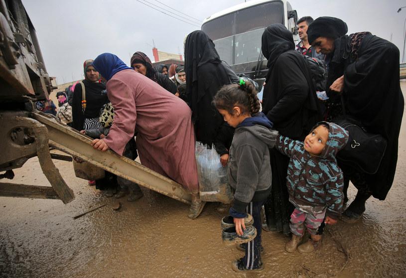 Mosul; cywile podejmują desperackie próby wydostania się z oblężenia /AHMAD AL-RUBAYE /AFP