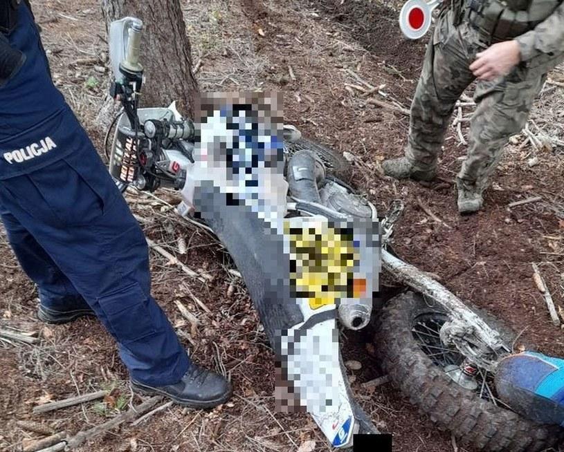 Motocykl crossowy w lesie /Policja
