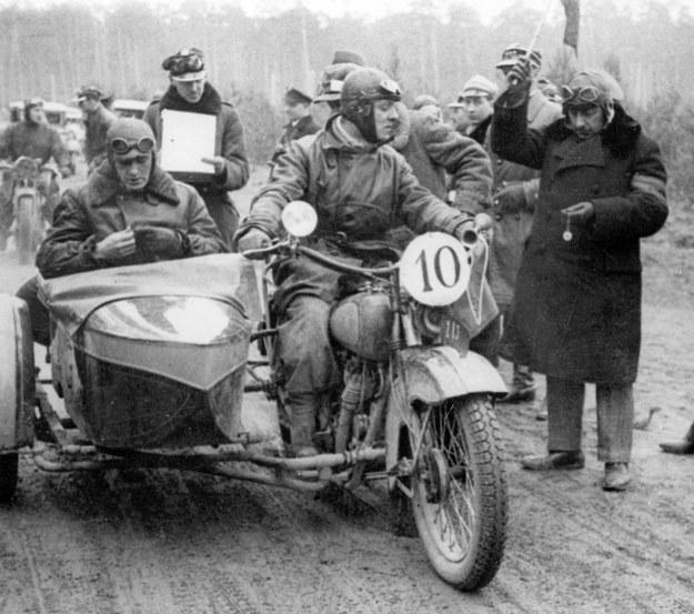 Motocykl CWS M55 na starcie rajdu. Za kierownicą Tadeusz Tomaszewski, w owym czasie jeden z najlepszych motocyklistów sportowych w naszym kraju. W wózku bocznym Jerzy Marr, gwiazda ówczesnego kina /Archiwum Tomasza Szczerbickiego