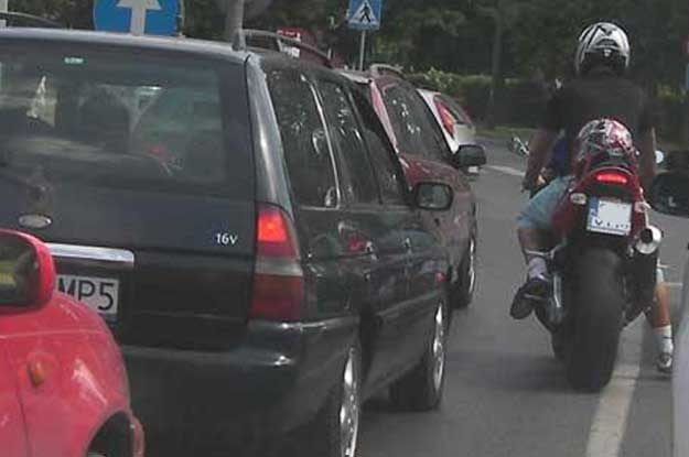 Motocykl kupuje się między innymi po to, by omijać miejskie korki /INTERIA.PL
