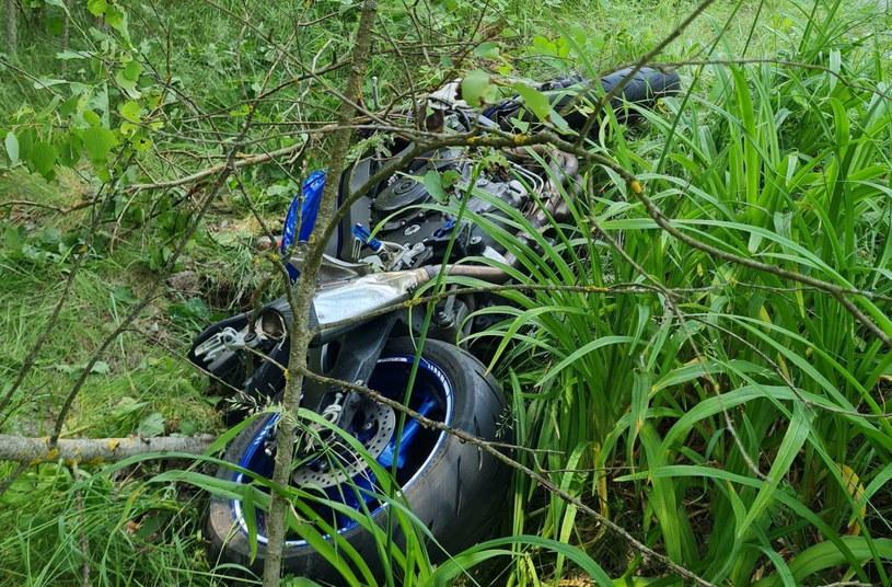 Motocykl wypadł z drogi i wpadł do lasu /Policja