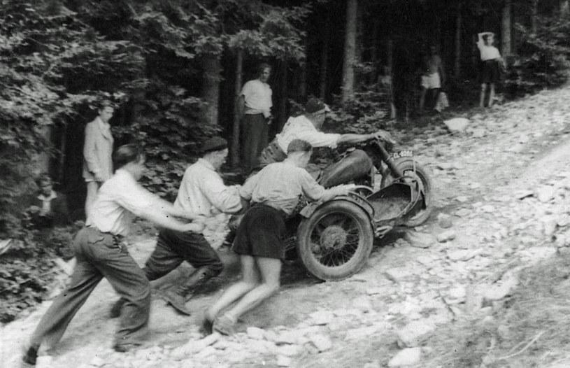 Motocykl z wózkiem bocznym na trasie legendarnego Rajdu Tatrzańskiego. W latach 40. ten typ motocykli posiadał własną klasyfikacje w tych zawodach /Archiwum Tomasza Szczerbickiego