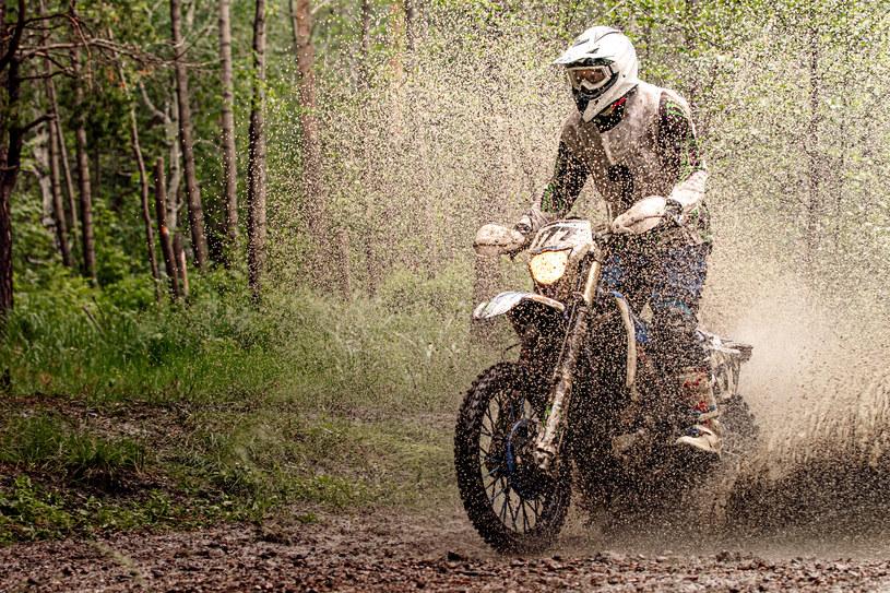 Motocykliści również przyczyniają się do rozjeżdżania leśnych ścieżek /123RF/PICSEL