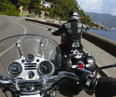 Motocykliści - spojrzenie zza kasku