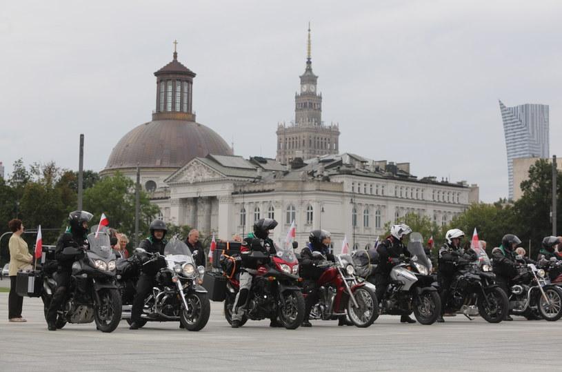 Motocykliści wyruszyli sprzed Grobu Nieznanego Żołnierza na pl. Piłsudskiego w Warszawie w XVII Międzynarodowym Rajdzie Katyńskim /Tomasz Gzell /PAP