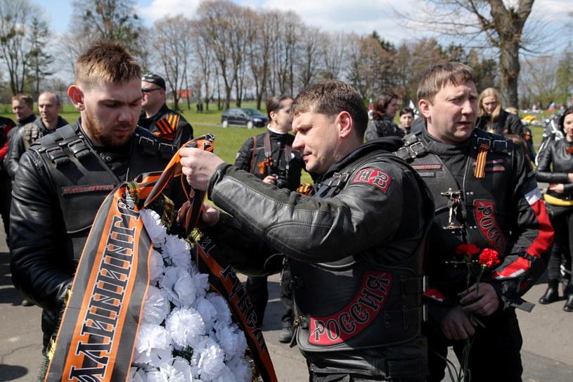 Motocykliści z klubu Nocne Wilki Kalinigrad składają wieniec z klubowymi symbolami /Tomasz Waszczuk /PAP